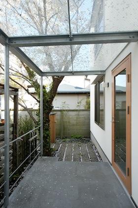 桜の木がある玄関