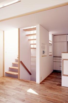 階段とキッチン