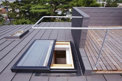 屋上に出るスライドする窓